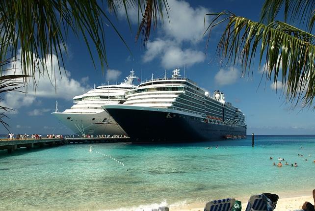 Twee cruiseschepen bij Grand Turk